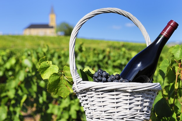 Butelka czerwonego wina w wsi