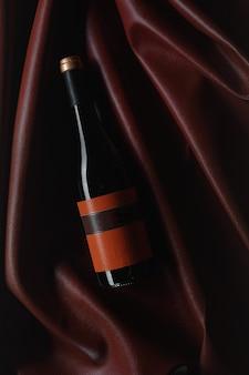 Butelka czerwonego wina z etykietą. makieta butelki wina. widok z góry.