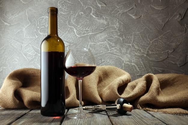 Butelka czerwonego wina z kieliszkiem