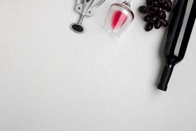 Butelka czerwonego wina z okularami na białym tle makieta widok z góry