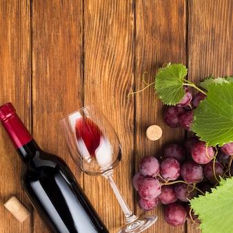 Butelka i kieliszek czerwonego wina