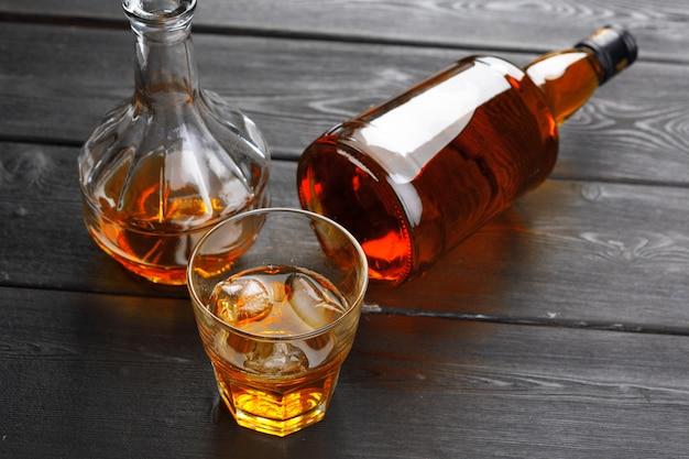 Butelka i kieliszek whisky