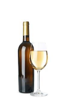 Butelka i kieliszek wina na białym tle