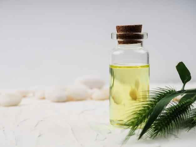 Butelka istotny olej na białym tle