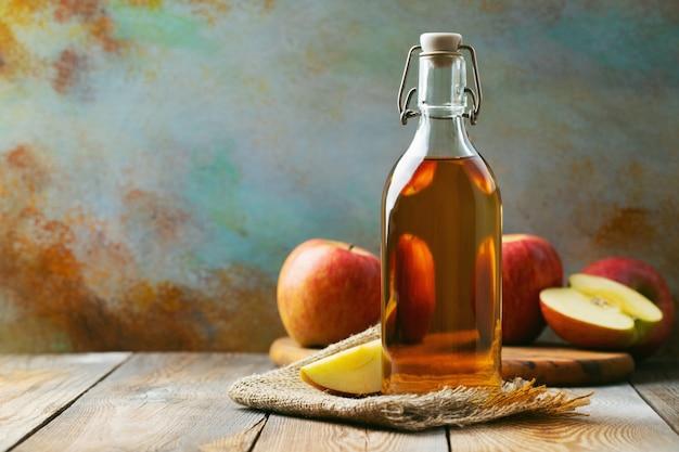 Butelka jabłkowego octu ekologicznego lub cydru.
