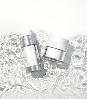 Butelka kosmetyczna i słoik na powierzchni wody