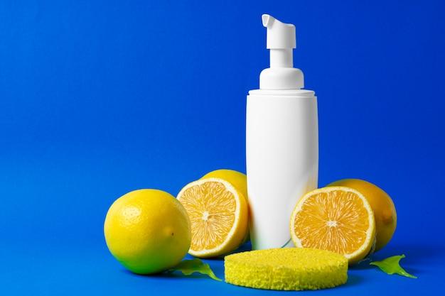 Butelka kosmetyków do pielęgnacji skóry z plasterkami cytryn