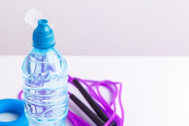 Butelka lub świeża woda w pobliżu skakanki