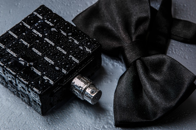 Butelka męskich perfum i muszka