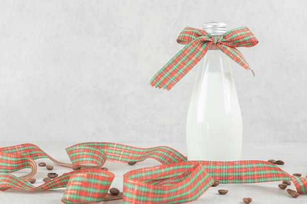 Butelka mleka przewiązana wstążką