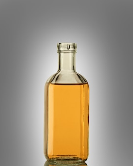 Butelka mocnego alkoholu w przezroczystej butelce