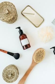 Butelka mydła w płynie z miejsca na kopię etykiety znacznika. spa, kąpiel, kosmetyki do pielęgnacji skóry na białym tle
