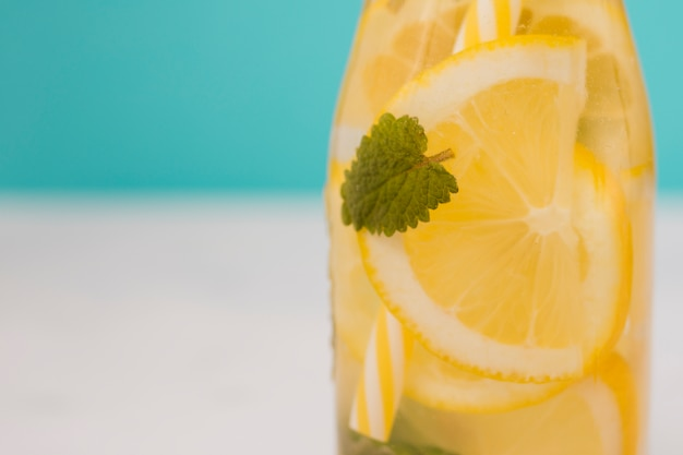 Butelka napoju cytrynowego