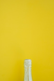 Butelka napoju na żółtym tle