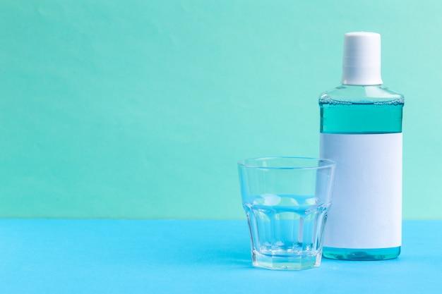 Butelka niebieskich płynów do płukania jamy ustnej. studio strzał