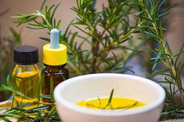 Butelka olejków eterycznych naturalne składniki spa olej rozmarynowy do aromaterapii i roślin liści rozmarynu - kosmetyki organiczne z ekstraktami z ziół