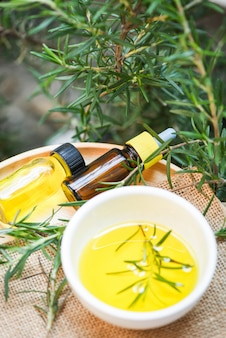 Butelka olejków eterycznych naturalne składniki spa olej rozmarynowy do aromaterapii i roślin liści rozmarynu