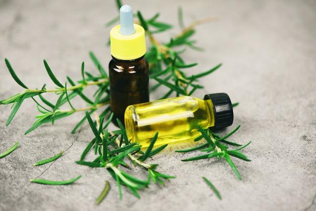 Butelka olejków eterycznych naturalne składniki spa olejek rozmarynowy do aromaterapii i liść rozmarynu na worku