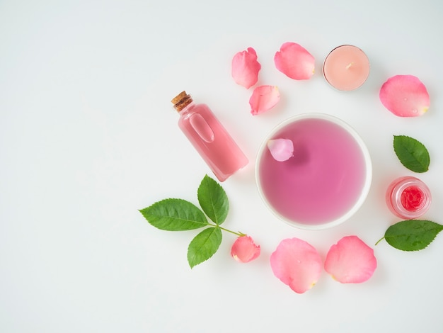 Butelka olejku eterycznego i róż