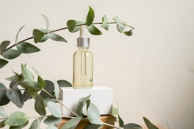 Butelka olejku eterycznego ze świeżymi liśćmi eukaliptusa