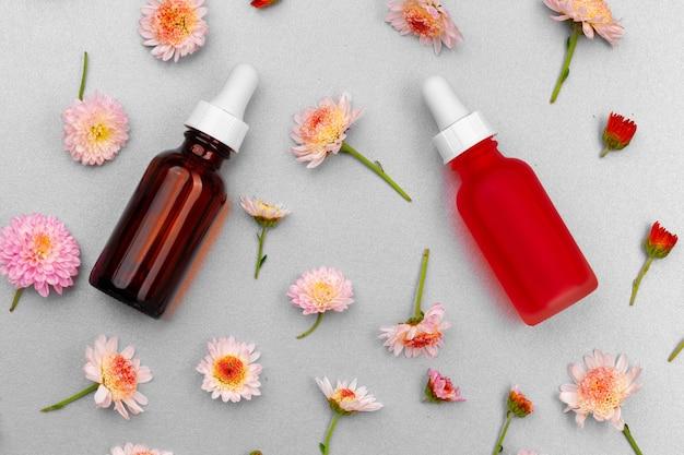Butelka oleju kosmetycznego na płaskich pąkach kwiatowych