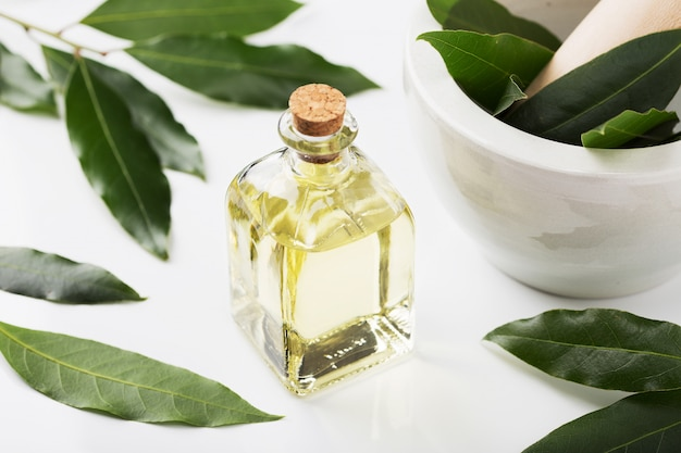 Butelka oleju laurowego z liśćmi i zaprawą