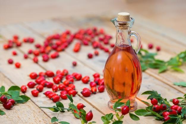Butelka oleju z dzikiej róży na palecie z miejsca na kopię