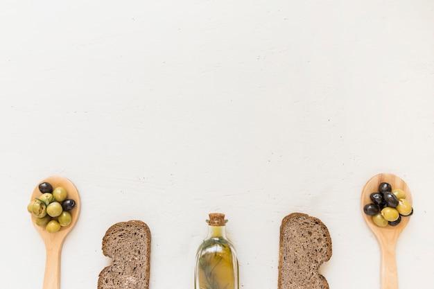 Butelka oleju z kromki chleba i oliwki