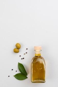 Butelka oliwy z oliwek na stole z miejsca na kopię