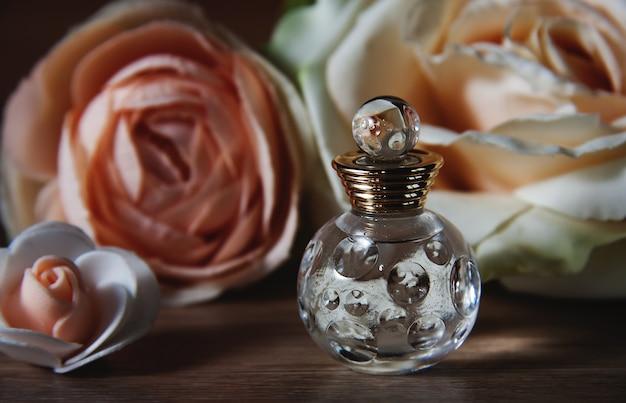 Butelka perfum i róże. styl retro.