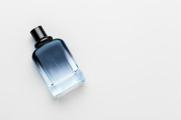 Butelka perfum na białym tle