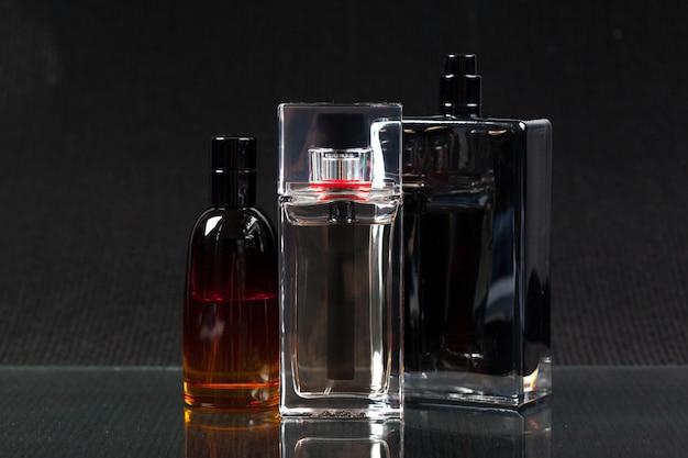 Butelka perfum na ciemnej powierzchni