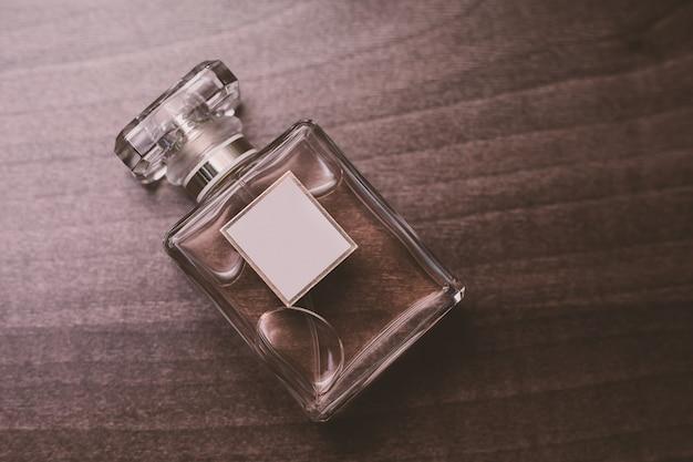 Butelka perfum na drewnianym stole