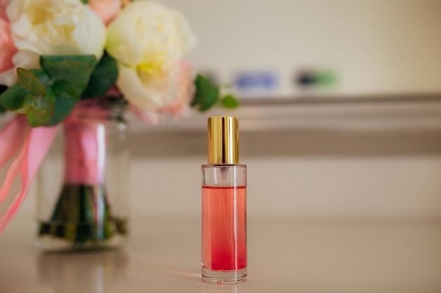 Butelka perfum na stole