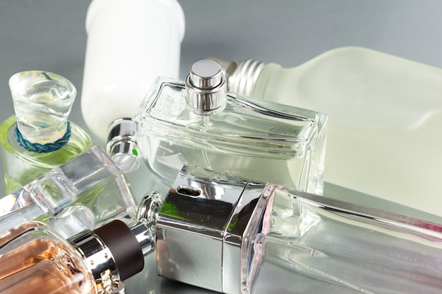 Butelka perfum w ciemności
