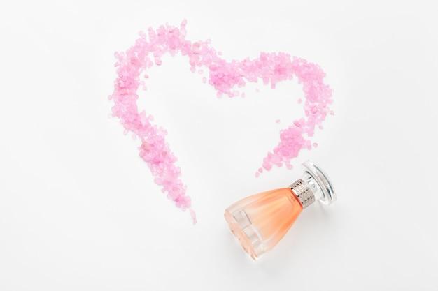 Butelka perfum z czerwonymi sercami