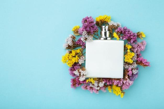 Butelka perfum z kwiatami z miejscem na kopię