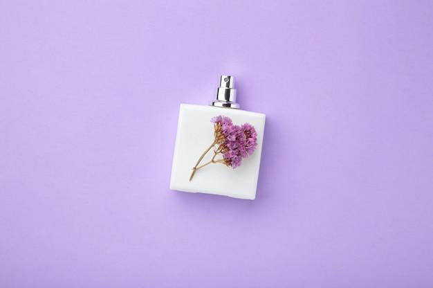 Butelka perfum z kwiatem. widok z góry
