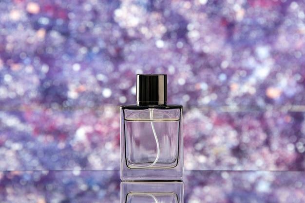 Butelka perfum z widokiem z przodu na fioletowym niewyraźnym tle