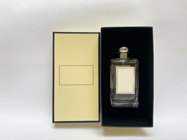 Butelka perfum z żółtego pudełka na białym tle na białym tle