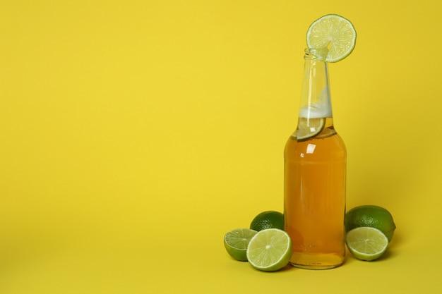 Butelka piwa i limonki na żółto