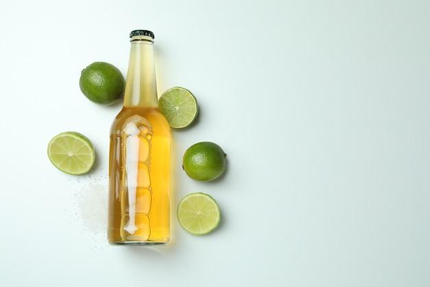 Butelka piwa, limonki i soli na białym tle