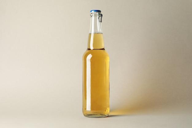 Butelka piwa na szarym tle, miejsce na tekst