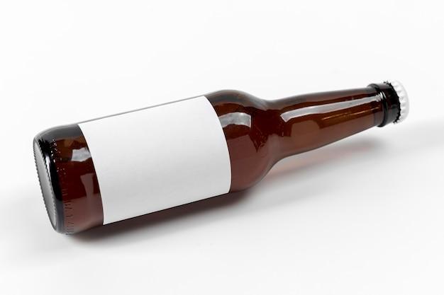 Butelka piwa pod wysokim kątem z pustą etykietą