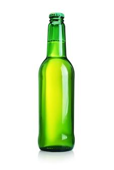 Butelka piwa z bez etykiety na białym tle. zielone szkło