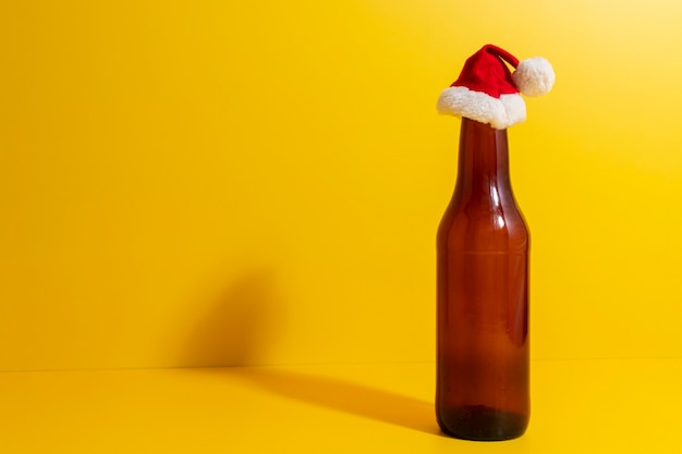 Butelka piwa z czapką bożonarodzeniową przedstawiała święta