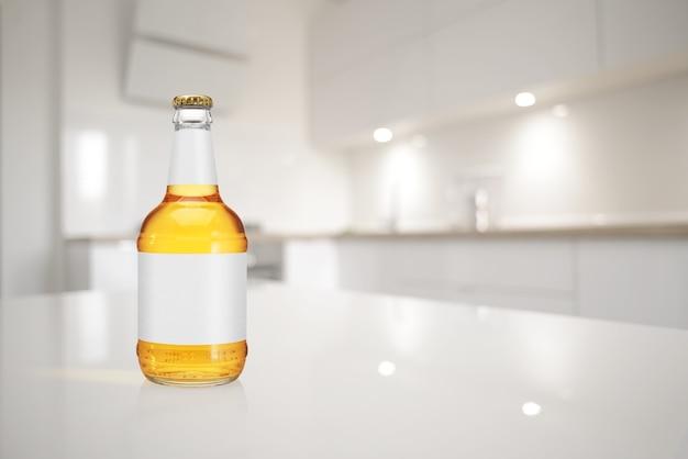Butelka piwa z długą szyjką i pustą etykietą na stole kuchennym
