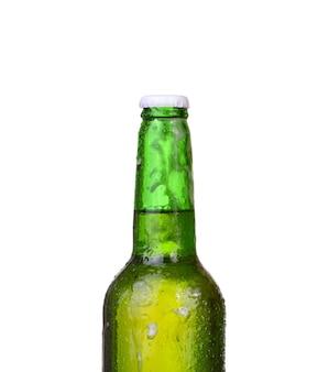 Butelka piwa z kroplami na białym tle