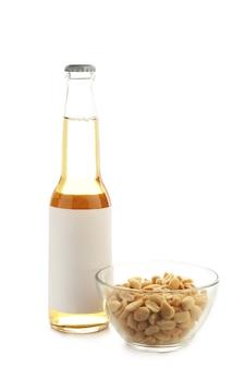 Butelka piwa z orzeszkami ziemnymi na białym tle. widok z góry