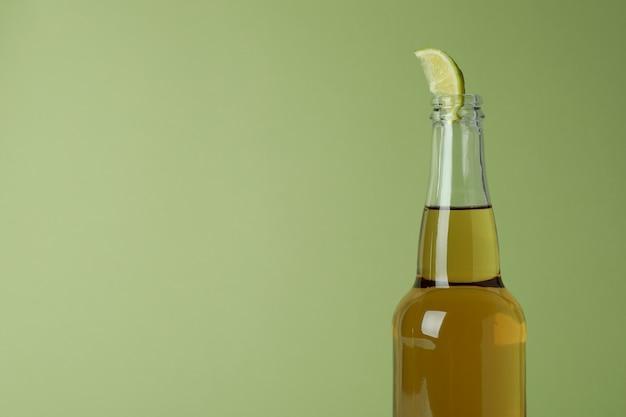 Butelka piwa z plasterkiem limonki na zielono